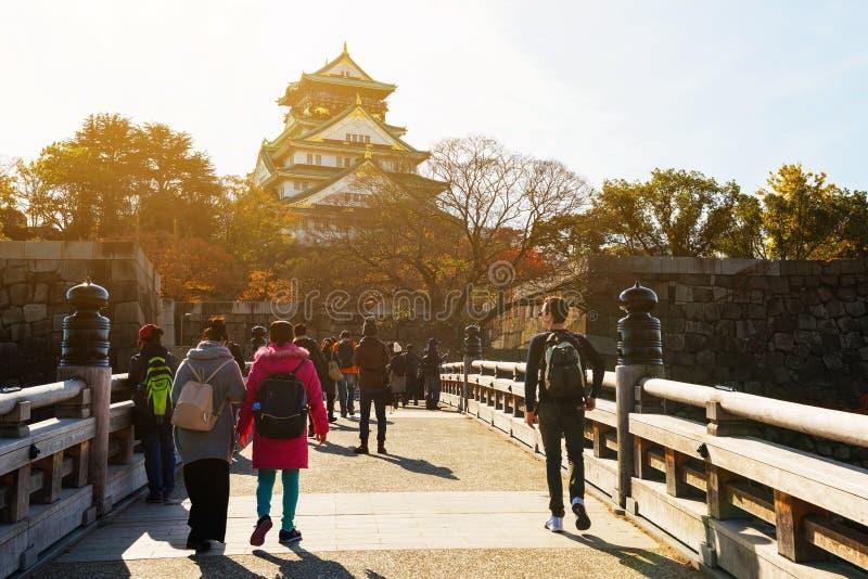 de mensen bezoeken het kasteel van Osaka stock fotografie