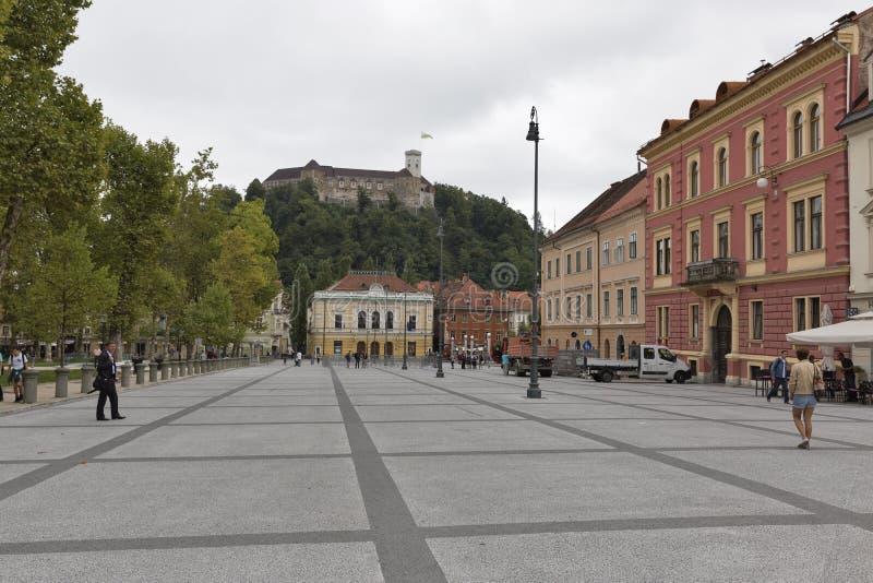 De mensen bezoeken het vierkant van Ljubliana Novi in Slovenië stock afbeeldingen