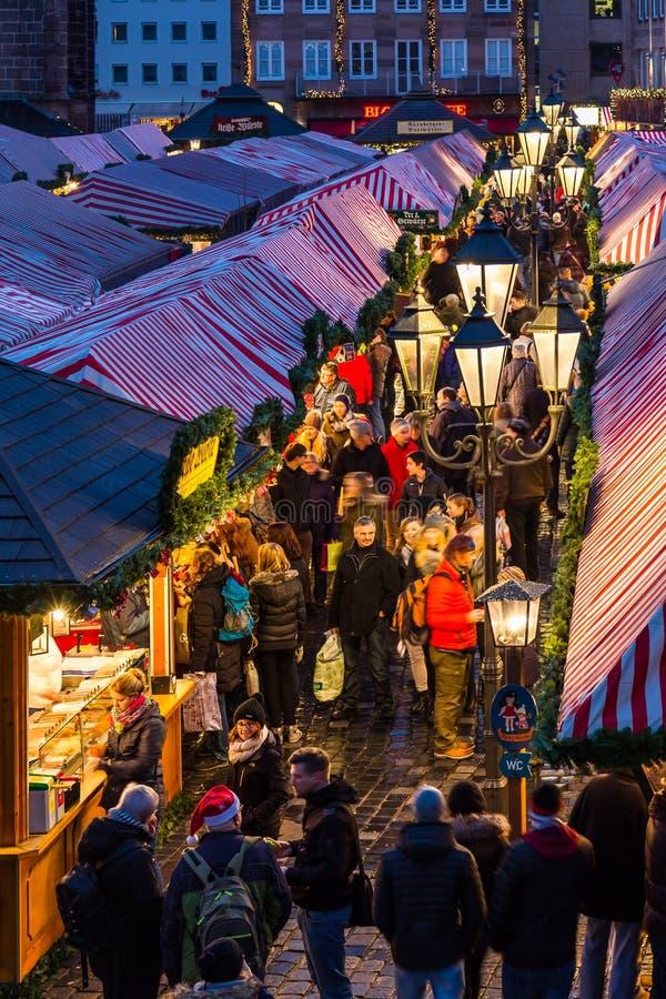 De mensen bezoeken Kerstmismarkt Nuremberg, Duitsland royalty-vrije stock foto