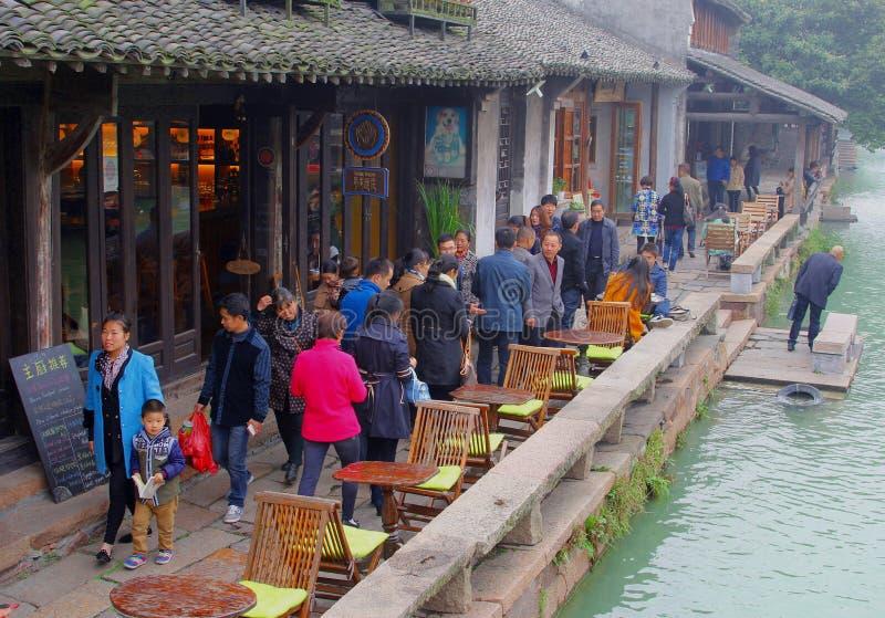 De mensen bezoeken langs de rivieroever in waterstad Wuzhen bezienswaardigheden, China royalty-vrije stock fotografie