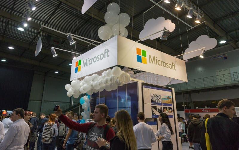 De mensen bezoeken Microsoft-cabine tijdens EEG 2017 in Kiev, de Oekraïne royalty-vrije stock foto's