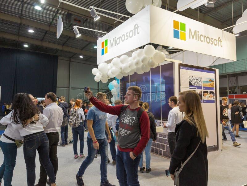 De mensen bezoeken Microsoft-cabine tijdens EEG 2017 in Kiev, de Oekraïne royalty-vrije stock foto