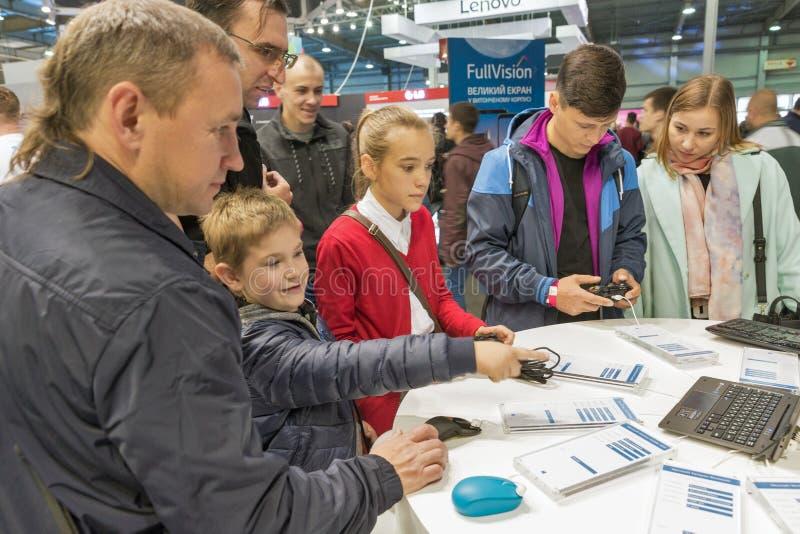 De mensen bezoeken Microsoft-cabine tijdens EEG 2017 in Kiev, de Oekraïne royalty-vrije stock afbeelding