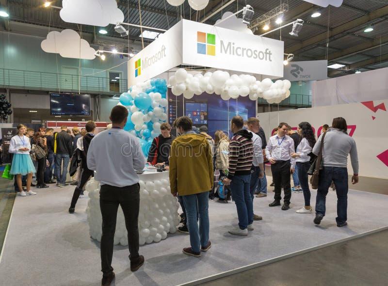 De mensen bezoeken Microsoft-cabine tijdens EEG 2017 in Kiev, de Oekraïne stock afbeelding