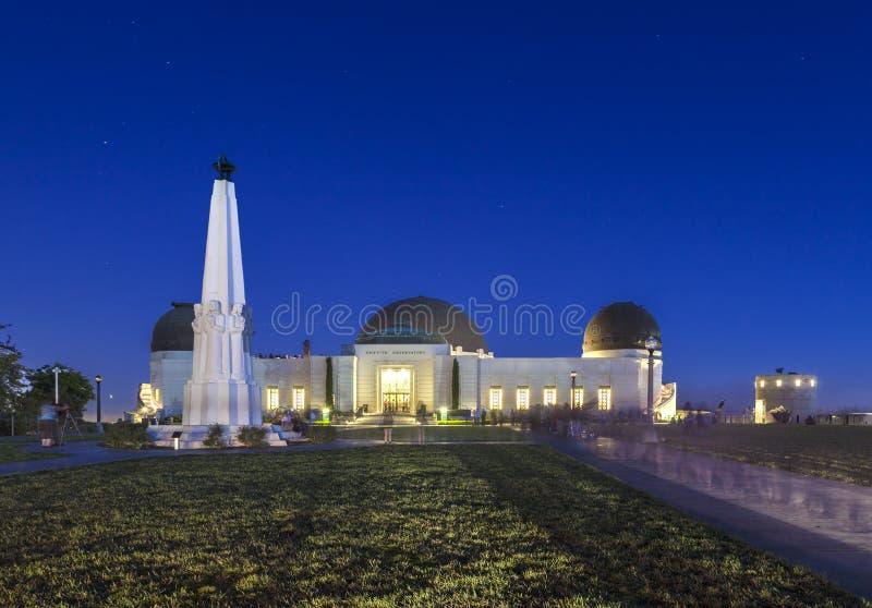 De mensen bezoeken 's nachts Griffith Observatory stock foto's