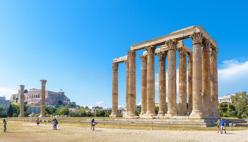 De mensen bezoeken de Tempel van Olympian Zeus in Athene, Griekenland stock foto's