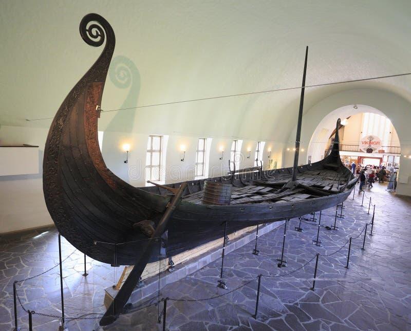 De mensen bezoeken Viking Ship Museum in Oslo Noorwegen stock afbeelding
