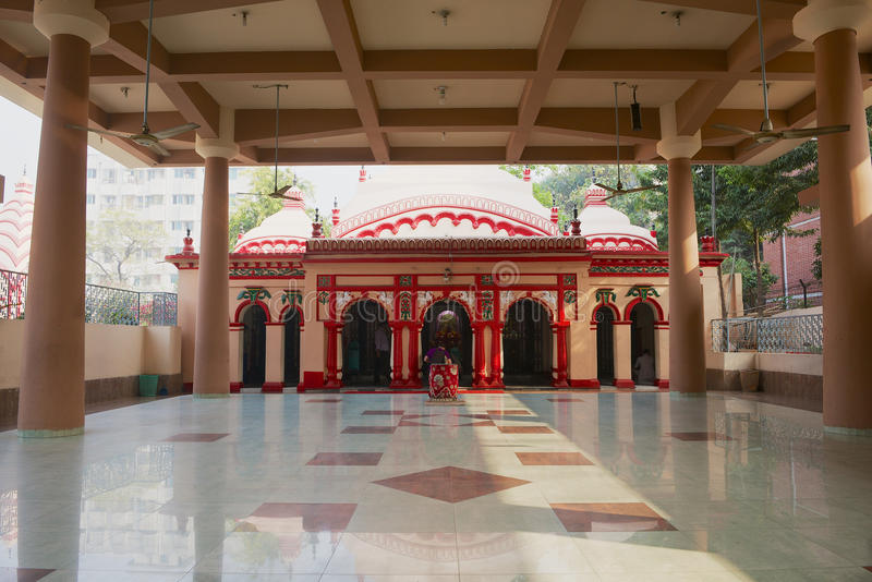 De mensen bidden in de Hindoese Tempel van Dhakeshwari in Dhaka, Bangladesh royalty-vrije stock fotografie