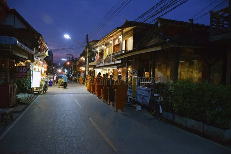 De mensen bieden voedsel aan Boeddhistische monniken aan stock foto's
