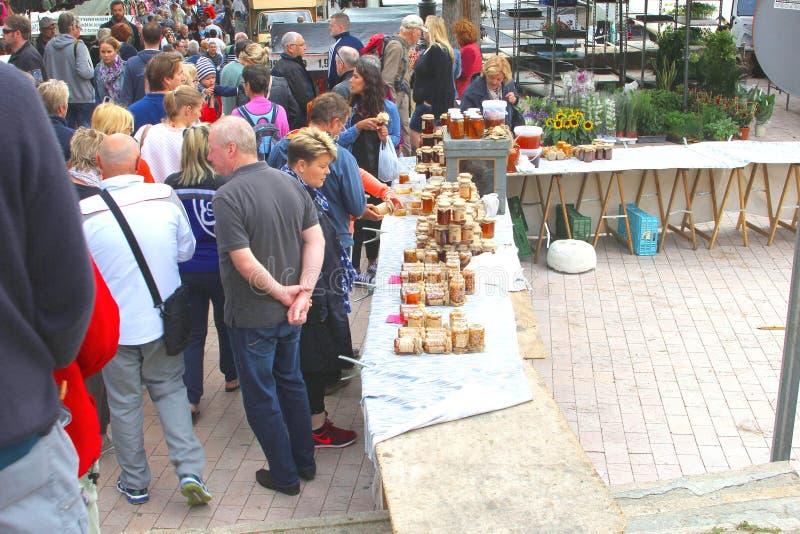 De mensen bij een honing bevinden zich bij de markt in Sineu, Majorca royalty-vrije stock afbeelding