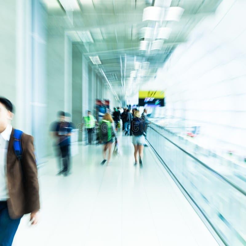 De mensen bij een luchthaven met gezoem voeren uit stock afbeeldingen