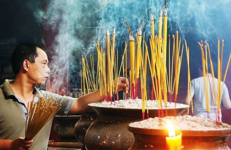 De mensen branden wierook bij oude pagode royalty-vrije stock fotografie
