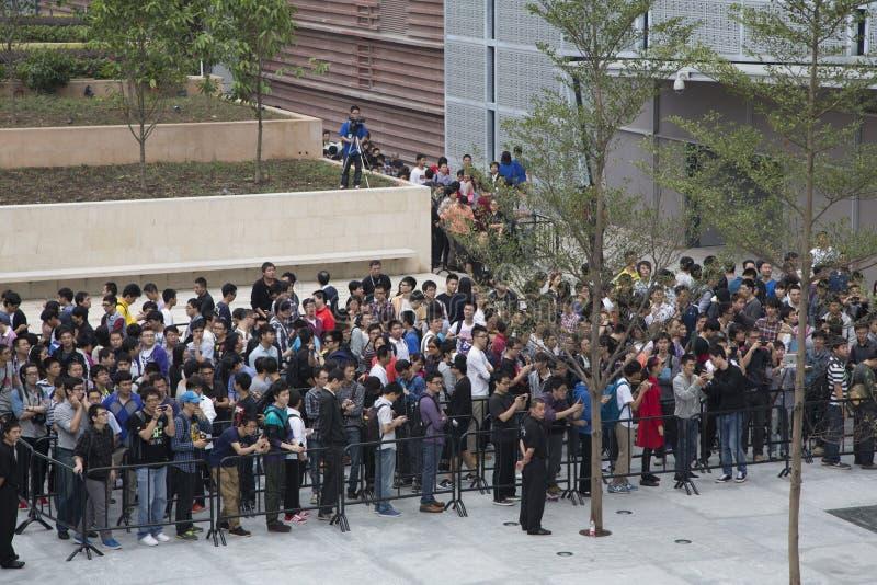 De mensen buiten Appel slaan Shenzhen op stock afbeeldingen