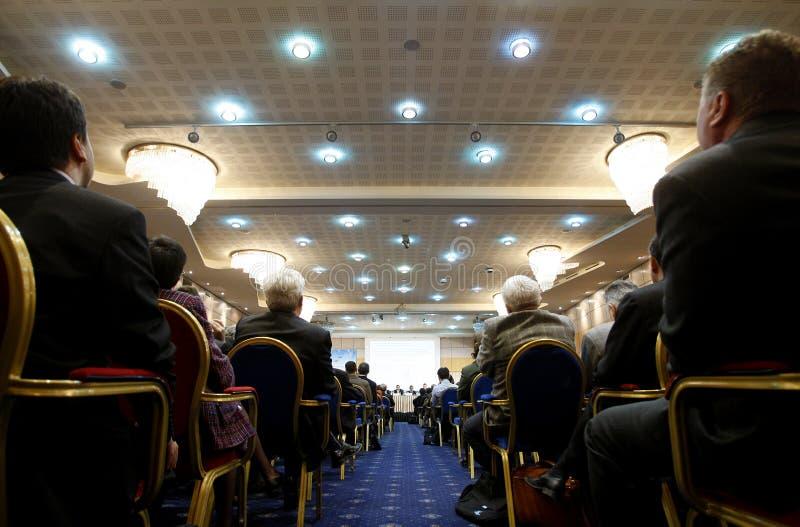 De mensen in conferentie centreren