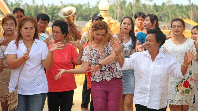 De mensen dansen en lopen bij Thaise tempel stock afbeeldingen