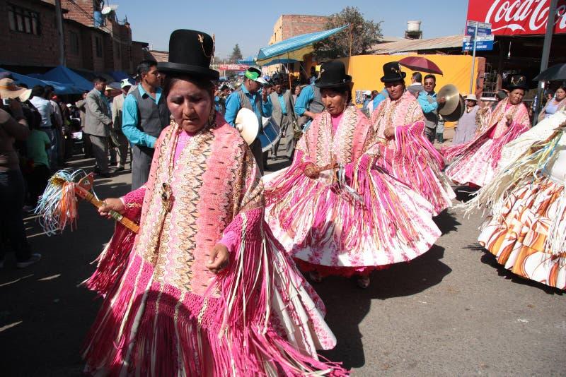 De mensen dansen en spelen muziek in kostuums in Bolivië stock afbeeldingen