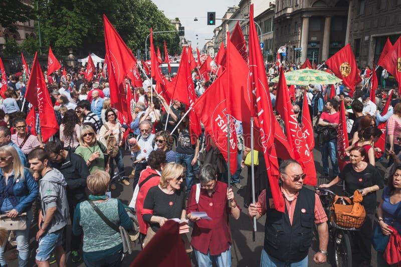 De mensen die aan de Bevrijdingsdag deelnemen paraderen in Milaan stock fotografie