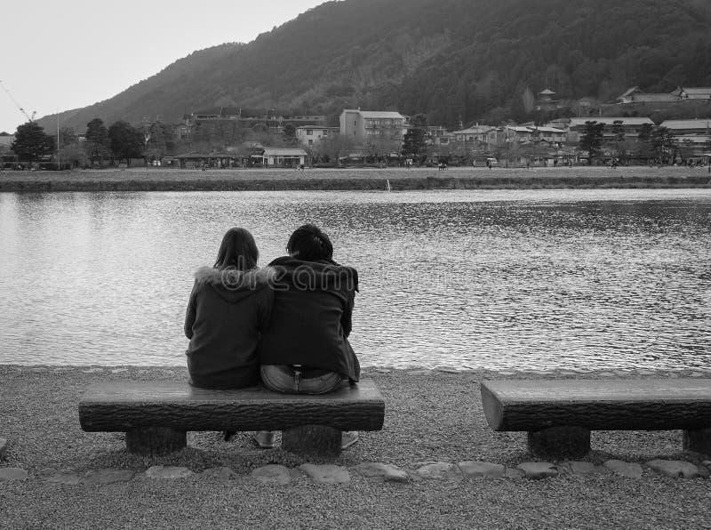 De mensen die in Arashiyama zitten parkeren in Kyoto, Japan royalty-vrije stock afbeelding