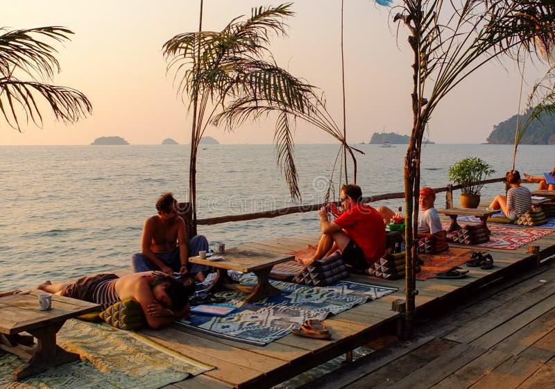 De mensen die bij de koffie zitten winkelen dichtbij het overzees in Krabi, zuidelijk Thailand stock foto's