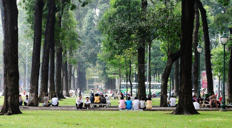 De mensen die bij de stad ontspannen parkeren in Saigon, Vietnam royalty-vrije stock fotografie