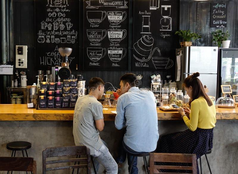 De mensen die bij koffie zitten winkelen stock fotografie