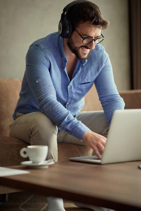 De mensen die bij de naar huis Glimlachende bedrijfsmens werken gebruiken laptop stock afbeeldingen