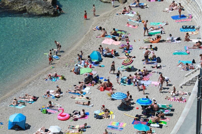 De mensen die bij de Strandantenne ontspannen bekijken royalty-vrije stock afbeelding