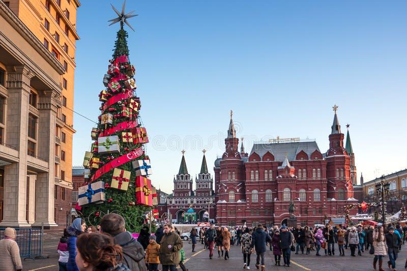 De mensen die dichtbij Moskou lopen verklaren Historisch Museum royalty-vrije stock fotografie