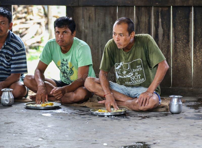De mensen die eten met dienen chitwan, Nepal in stock afbeeldingen