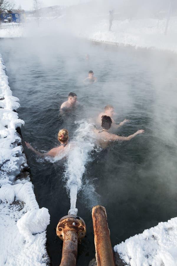 De mensen die in geothermisch kuuroord in de hete lente ontspannen voegen samen stock afbeelding