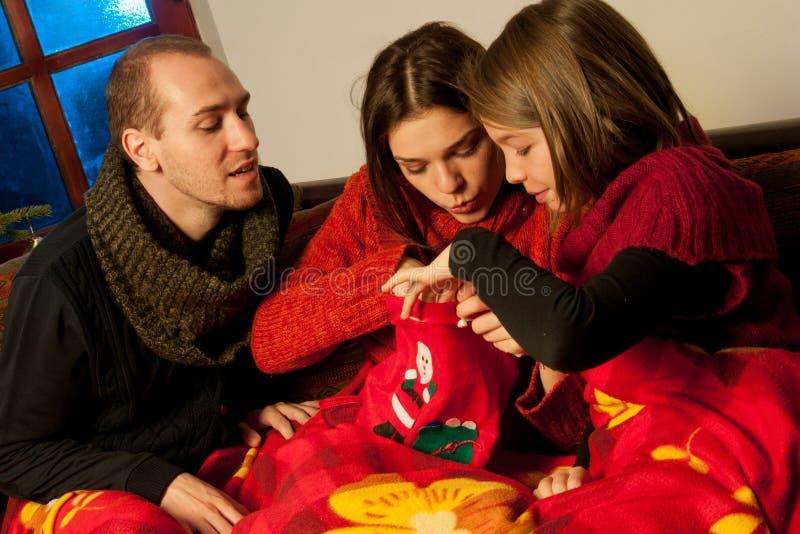De mensen die in Kerstmis zoeken doen in zakken stock afbeelding