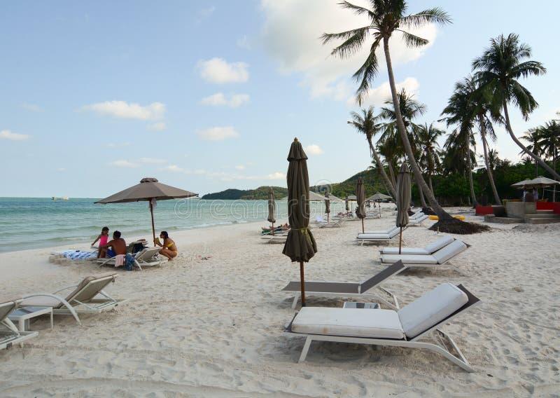 De mensen die op het strand in Phan ontspannen belden, Vietnam stock afbeeldingen