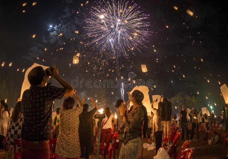 De mensen die op lantaarns in de hemel en het vuurwerk letten toonden aan het eind het festival van Yi Peng, Thailand royalty-vrije stock foto