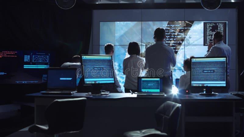 De mensen die in opdracht werken controleren centrum stock fotografie