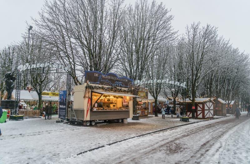 De mensen die de sneeuw ingaan behandelden Winterland op de Parade in het centrum van Den Bosch royalty-vrije stock afbeelding