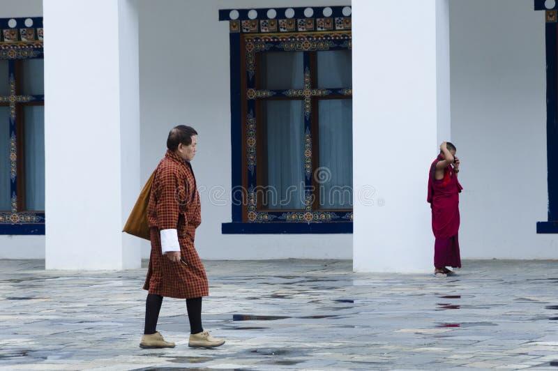 De mensen die in traditionele kleding lopen stock afbeelding