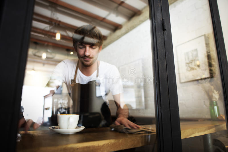 De mensen die van de koffiedienst de lijst schoonmaken stock foto's
