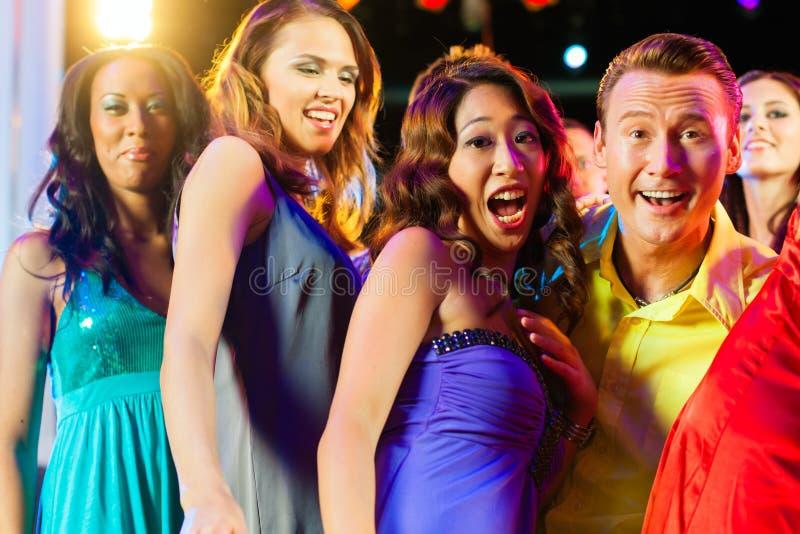 De mensen die van de partij in disco of club dansen royalty-vrije stock fotografie