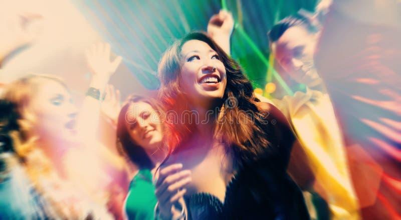 De mensen die van de partij in disco of club dansen stock afbeelding