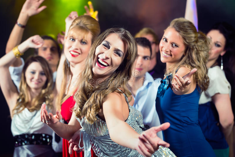 De mensen die van de partij in discoclub dansen stock fotografie
