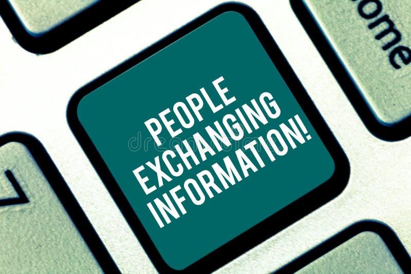 De Mensen die van de handschrifttekst Informatie ruilen Concept betekenen die informatie van overgaan tot een andere Toetsenbords stock illustratie