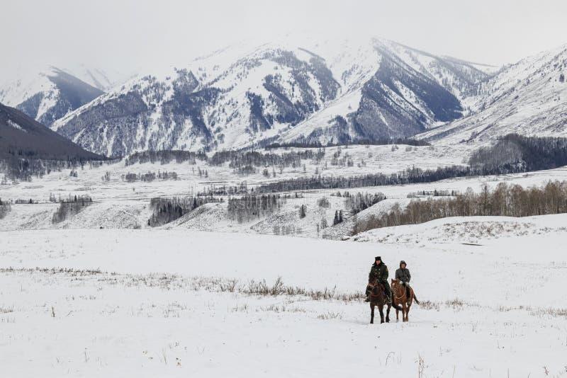 De mensen die van Toeva in de paardenrennenconcurrentie concurreren in de Altai-bergen in China stock fotografie