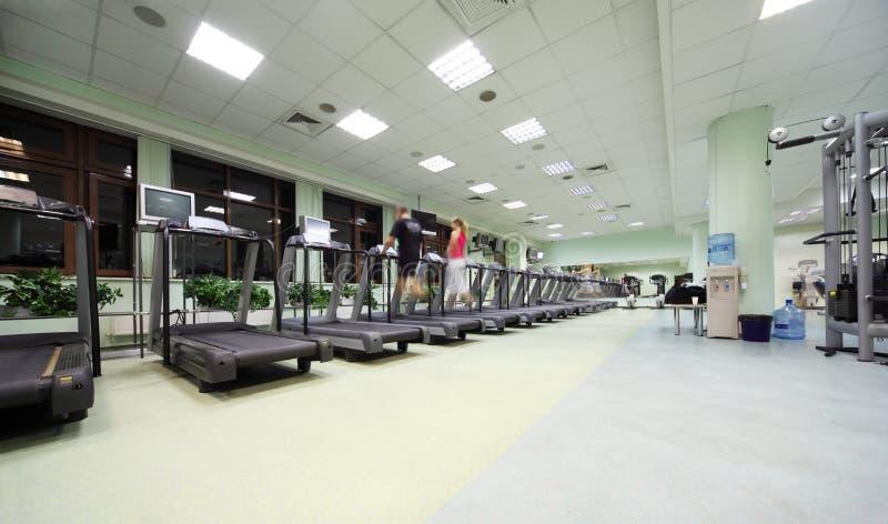 De mensen doen op opleidingsapparaten in sportclub royalty-vrije stock fotografie