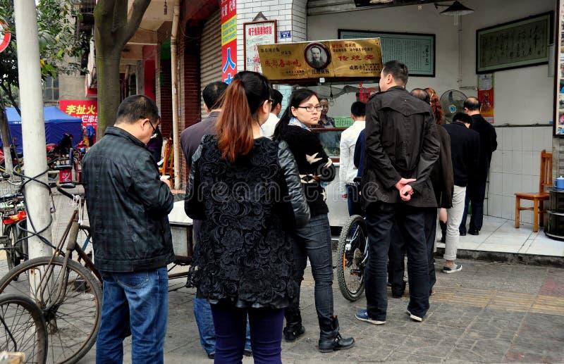 Pengzhou, China: De mensen vormden bij een Slagerij een rij royalty-vrije stock foto's