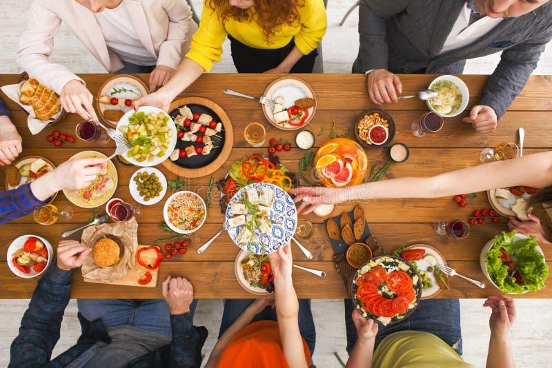 De mensen eten gezonde maaltijd bij de gediende partij van het lijstdiner stock foto's