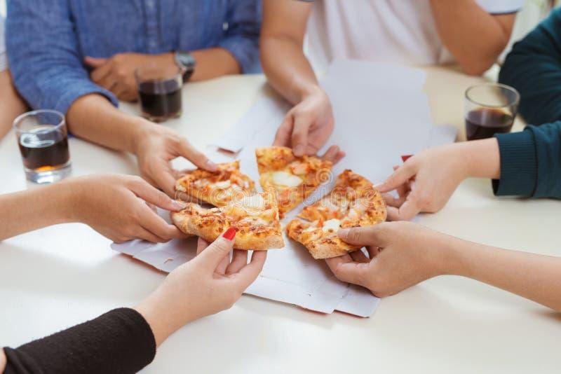De mensen eten snel voedsel Vriendenhanden die plakken van pizza nemen royalty-vrije stock foto's
