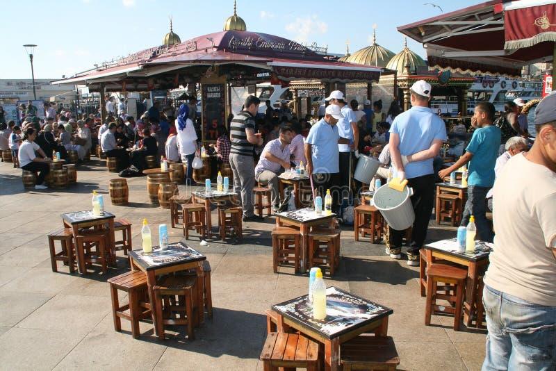 De mensen eten vissen in Eminonu, Istanboel stock foto's