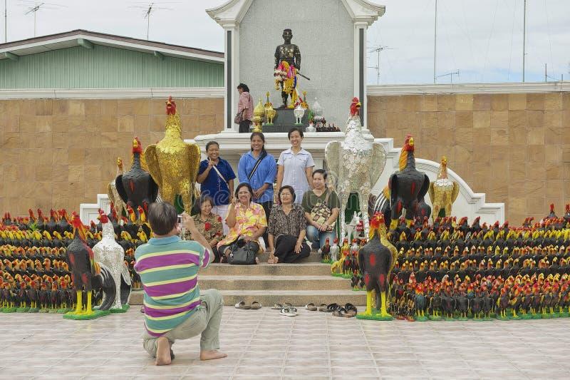 De mensen fotograferen bij het standbeeld van Koning Naresuan Groot in Suphan Buri, Thailand royalty-vrije stock foto