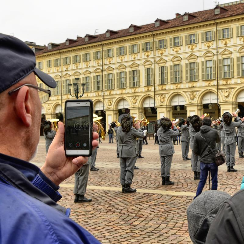 De mensen fotograferen en filmen een tentoonstelling van de militairen royalty-vrije stock foto's