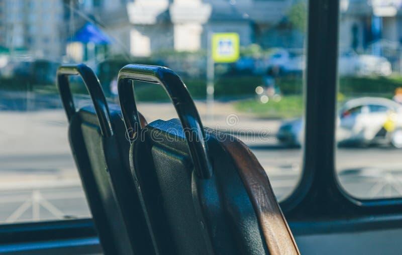 De mensen gaan door tram op een zonnige dag royalty-vrije stock afbeeldingen